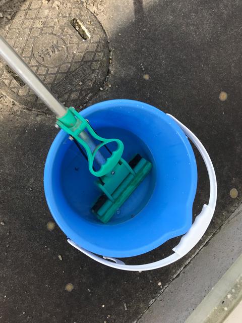 熱湯で溶かした重曹入りのバケツにスポンジ式のモップをひたして