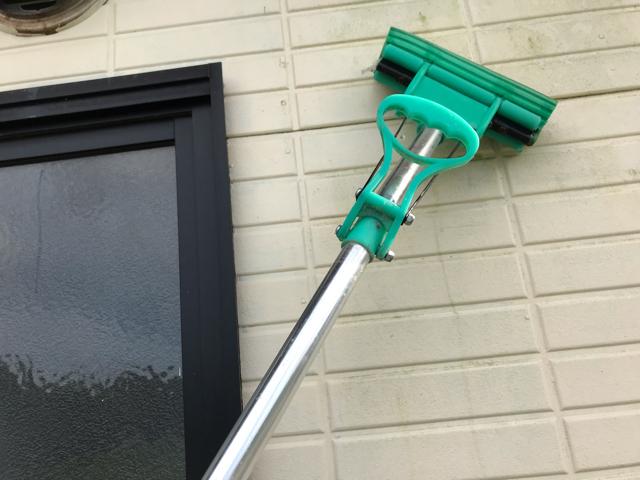 外壁を掃除しているところ