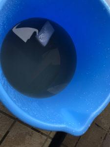 バケツの水も真っ黒に