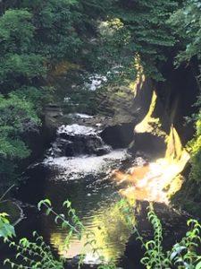 洞窟の上から撮った写真