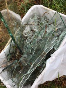 辺りに飛び散ったガラスを集めた所