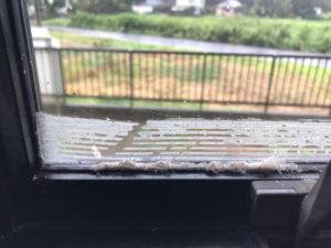 窓ガラスに付いたセロテープ跡