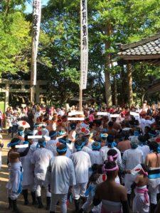 神輿をおいて、神社の周りをまわる氏子たち