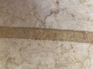床に残ったセロテープ跡