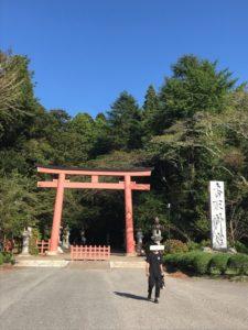 青空と香取神宮表参道の入り口の鳥居
