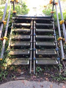足場板の途中の階段