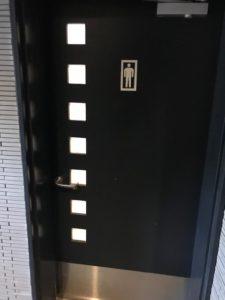 男性用のトイレのドア