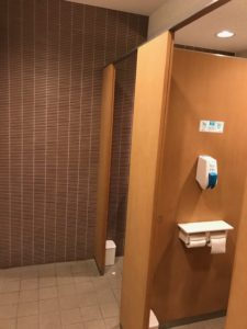 広く明るいトイレ