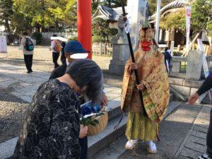 商店街や神社の周りの人をお祓いしていた天狗さん