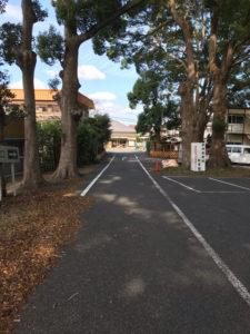 玉前神社の駐車場入り口看板を入った通路