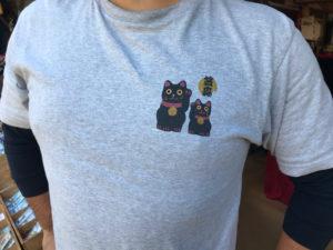 店主さんが黒招き猫のTシャツを着ていました