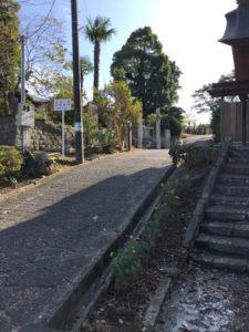 鐘をつくところの反対側上にのぼると墓地