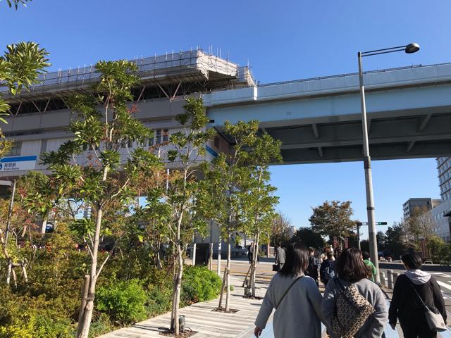 有明駅前でバスを降りて歩いているところ
