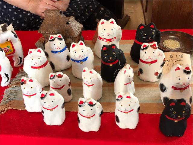 張り子の人形の招き猫たち