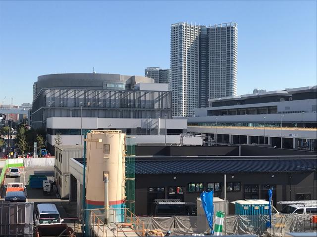 駅前から見た豊洲市場