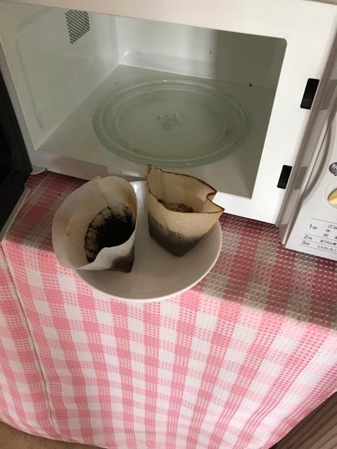 電子レンジでコーヒーかすを乾かすところ