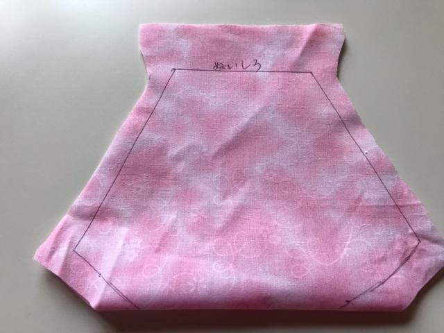 縫い代のしるしをつけたおさかなマスクの表地
